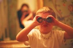 Niño con prismáticos
